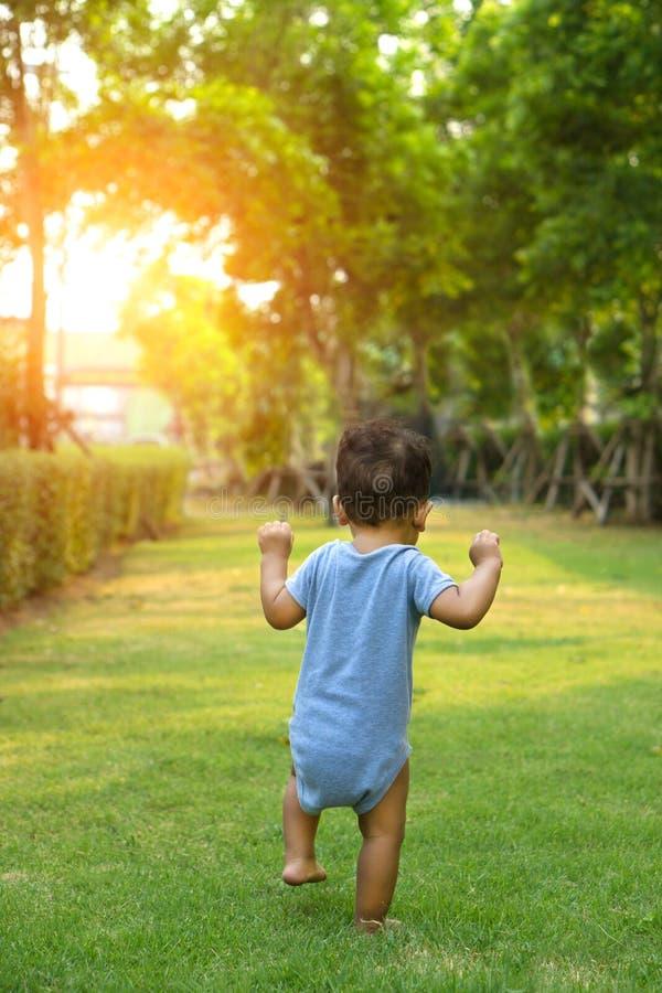 Το ασιατικό αγοράκι μικρών παιδιών που περπατά ήταν το πρώτο βήμα στοκ φωτογραφία με δικαίωμα ελεύθερης χρήσης