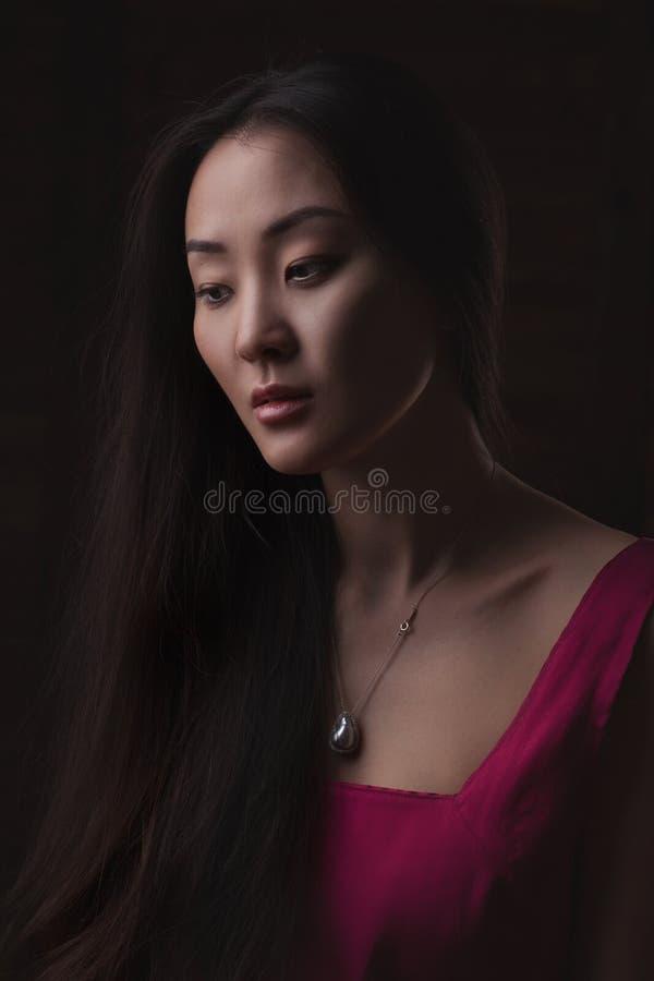 το ασιατικό ελκυστικό ανασκόπησης όμορφο θηλυκό προσώπου κινηματογραφήσεων σε πρώτο πλάνο ομορφιάς καυκάσιο κινεζικό που απομονώθ στοκ εικόνες