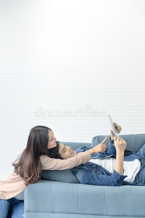Το ασιατικό εφηβικό ζεύγος ξοδεύει το χρόνο μαζί στην άνετη ημέρα στο τ στοκ εικόνες με δικαίωμα ελεύθερης χρήσης