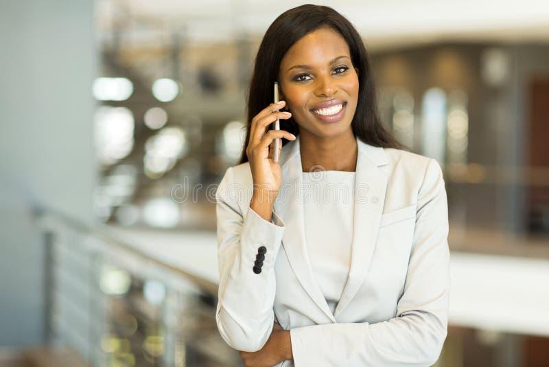 το ασιατικό καυκάσιο θηλυκό επιχειρηματιών ανασκόπησης που απομονώθηκε ανάμιξε το πρότυπο λευκό ομιλίας κοστουμιών χαμόγελου τηλε στοκ φωτογραφίες με δικαίωμα ελεύθερης χρήσης