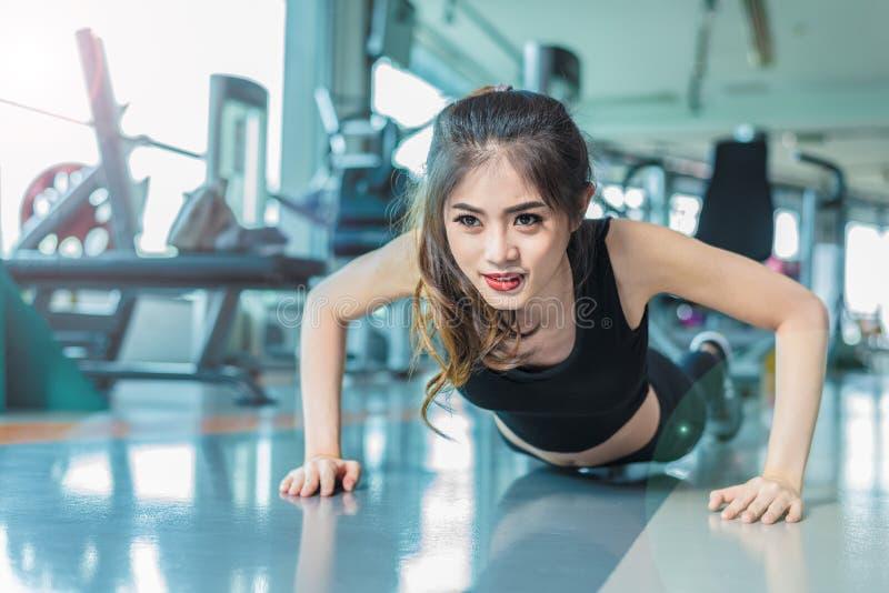 Το ασιατικό κορίτσι ικανότητας γυναικών κάνει την ώθηση UPS στη γυμναστική ικανότητας Υγειονομική περίθαλψη και υγιής έννοια Θέμα στοκ εικόνες με δικαίωμα ελεύθερης χρήσης