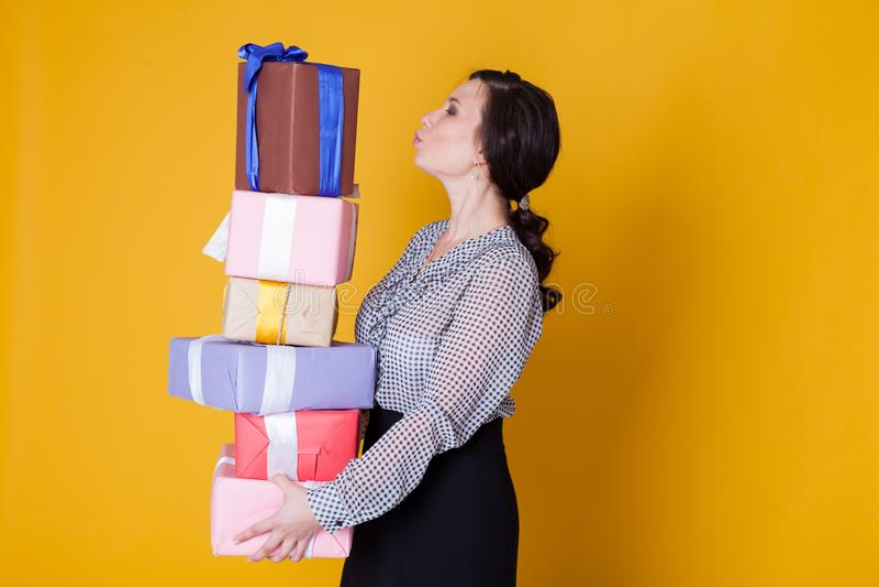 Το ασιατικό κορίτσι κρατά τα δώρα για τις διακοπές στοκ εικόνα με δικαίωμα ελεύθερης χρήσης
