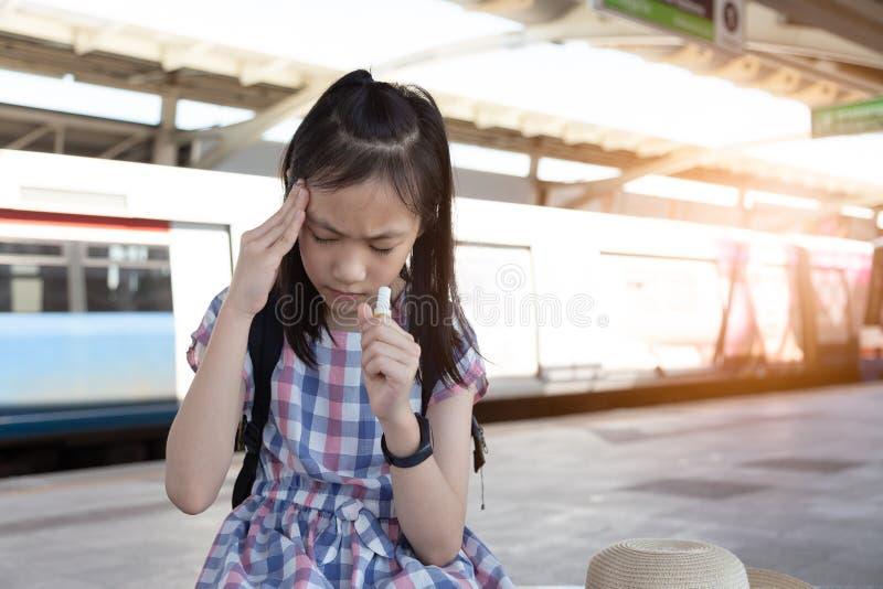 Το ασιατικό κορίτσι με το βέρτιγκο, ίλιγγος, ημικρανία, άρρωστοι πίεσε το κορίτσι s στοκ εικόνες