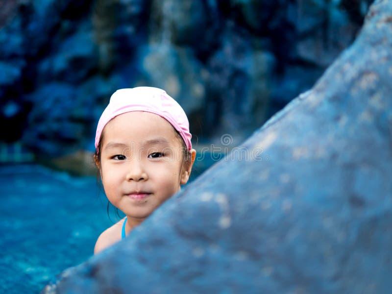 Το ασιατικό κορίτσι παίζει στη λίμνη στοκ φωτογραφία