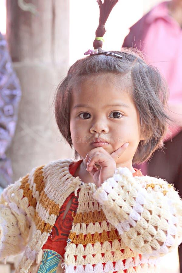 Το ασιατικό κορίτσι παιδιών μωρών είναι θέτει καλό. στοκ εικόνα με δικαίωμα ελεύθερης χρήσης