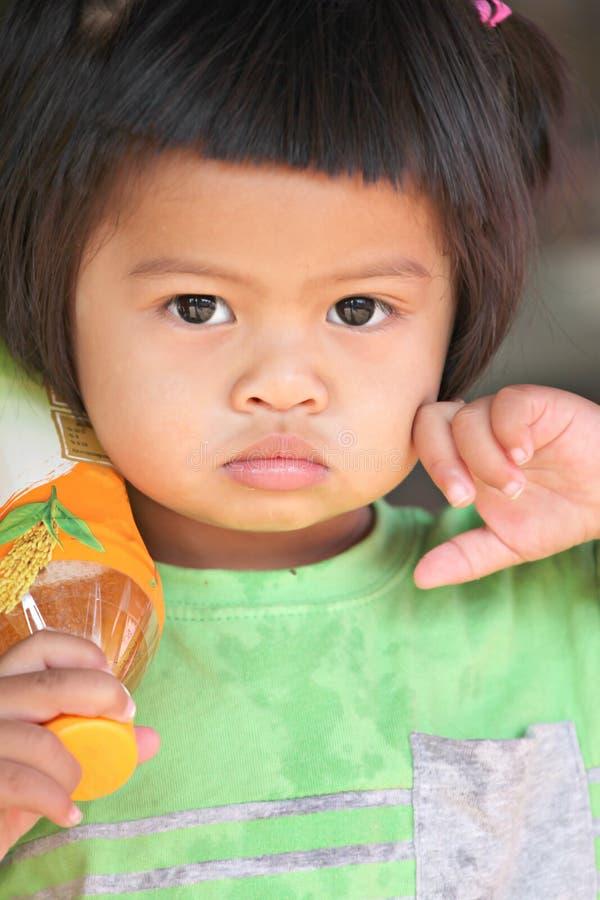 Το ασιατικό κορίτσι παιδιών μωρών είναι θέτει καλό. στοκ εικόνα