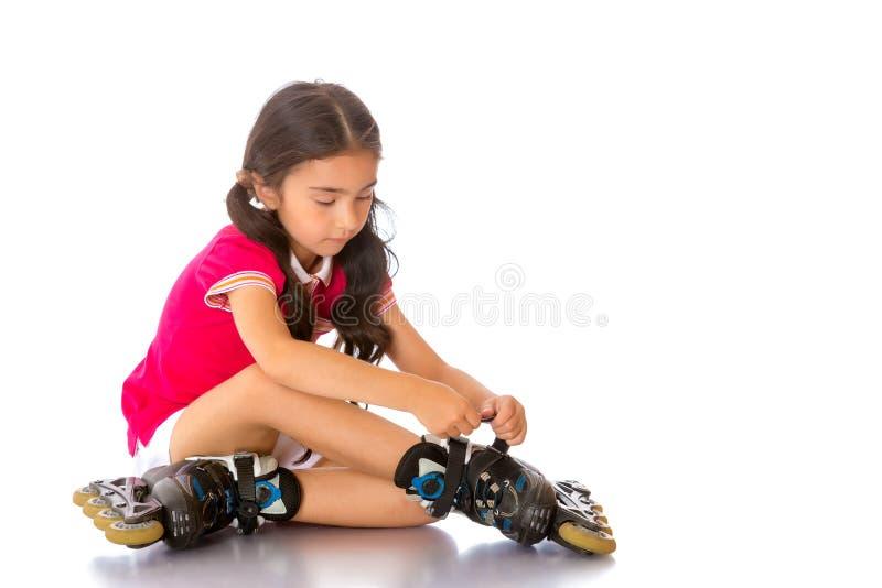 Το ασιατικό κορίτσι φορά τα σαλάχια κυλίνδρων στοκ εικόνα