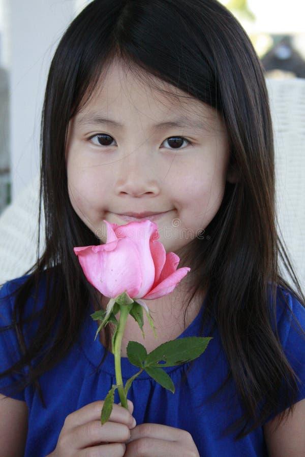 το ασιατικό κράτημα κοριτ& στοκ φωτογραφία