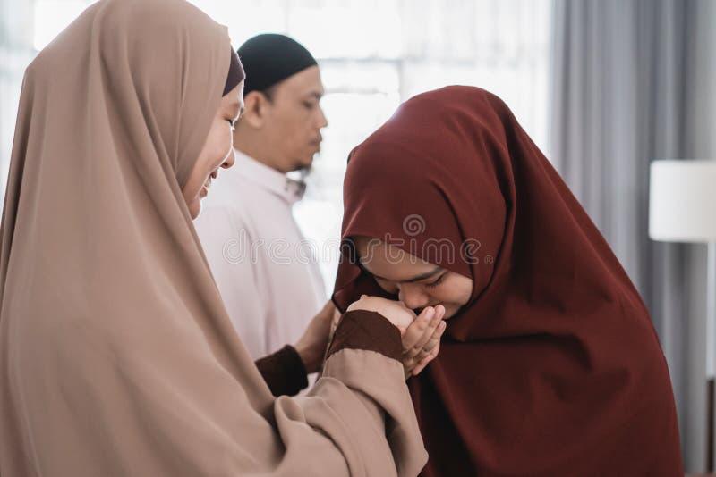 Το ασιατικό μουσουλμανικό κούνημα γονέων παραδίδει idul το fitri eid Mubarak στοκ εικόνες