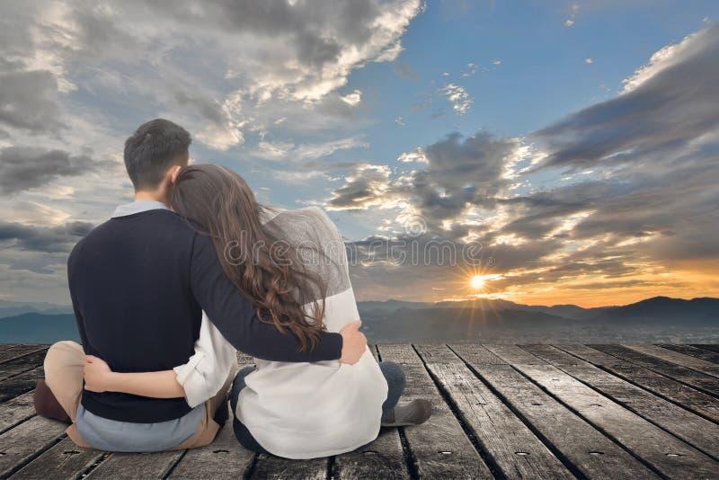 Το ασιατικό νέο ζεύγος κάθεται και αγκαλιάζει από κοινού στοκ εικόνες με δικαίωμα ελεύθερης χρήσης