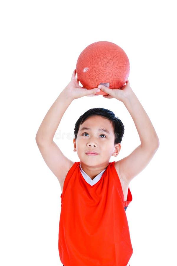 Το ασιατικό παίχτης μπάσκετ προετοιμάζεται να ρίξει τη σφαίρα Απομονωμένος στο λευκό στοκ εικόνες