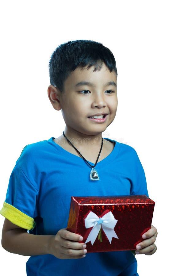 Το ασιατικό παιδί φαίνεται αστείο όταν λάβετε ένα παρόν στοκ φωτογραφία