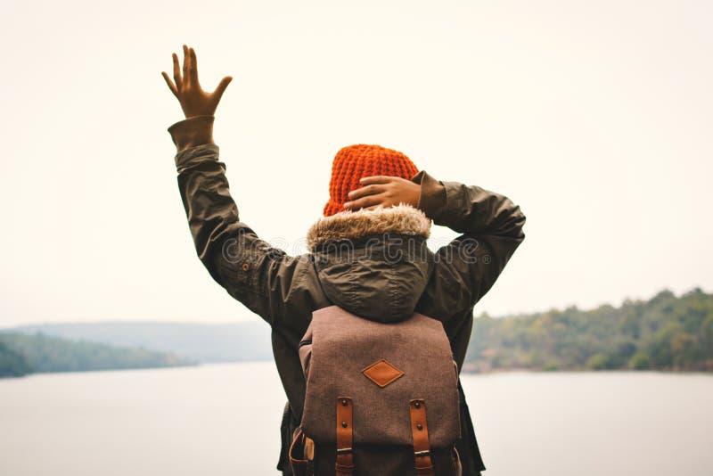 Το ασιατικό σακίδιο πλάτης αγοριών στη χειμερινή εποχή φύσης, χαλαρώνει το χρόνο στις διακοπές στοκ φωτογραφία