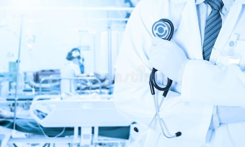 Το ασιατικό στηθοσκόπιο εκμετάλλευσης γιατρών στο θολωμένο νοσηλευτικό ασθενή νοσοκόμων στο δωμάτιο νοσοκομείων μας χρησιμοποιεί  στοκ φωτογραφία με δικαίωμα ελεύθερης χρήσης