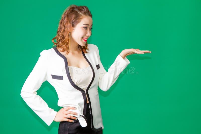 Το ασιατικό ταϊλανδικό ανοικτό χέρι κοριτσιών παρουσιάζει προϊόν στοκ εικόνες