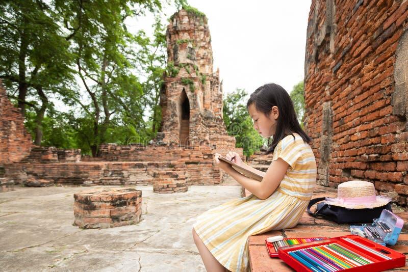 Το ασιατικό χαριτωμένο κορίτσι είναι μελέτη και σχέδιο επί του αρχαιολογικού τόπου, τομέας στοκ εικόνες