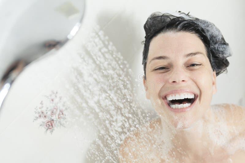 το ασιατικό όμορφο καυκάσιο απομονωμένο ακριβώς μικτό μοντέλο ανασκόπησης πλημμυρίζει έξω τις χαμογελώντας νεολαίες λευκών γυναικ στοκ εικόνα