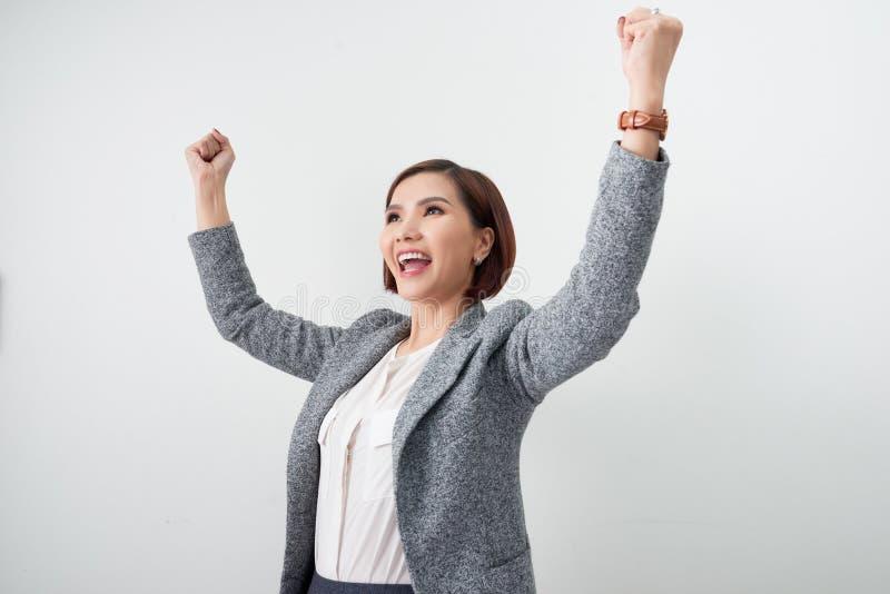 Το ασιατικό όμορφο κορίτσι αισθάνεται ευτυχές η χαμογελώντας γυναίκα παρουσιάζει χέρι επάνω επιτυχής δράση σημαδιών στοκ εικόνα με δικαίωμα ελεύθερης χρήσης