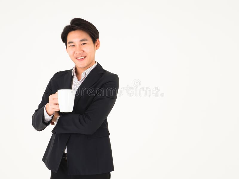 Το ασιατικό όμορφο φιλικό χαμόγελο επιχειρησιακών ατόμων και κρατά έναν καφέ φλυτζανιών στοκ φωτογραφία