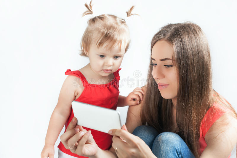 Το αστείες μωρό και η μητέρα κάνουν selfie στο κινητό τηλέφωνο στοκ φωτογραφία με δικαίωμα ελεύθερης χρήσης