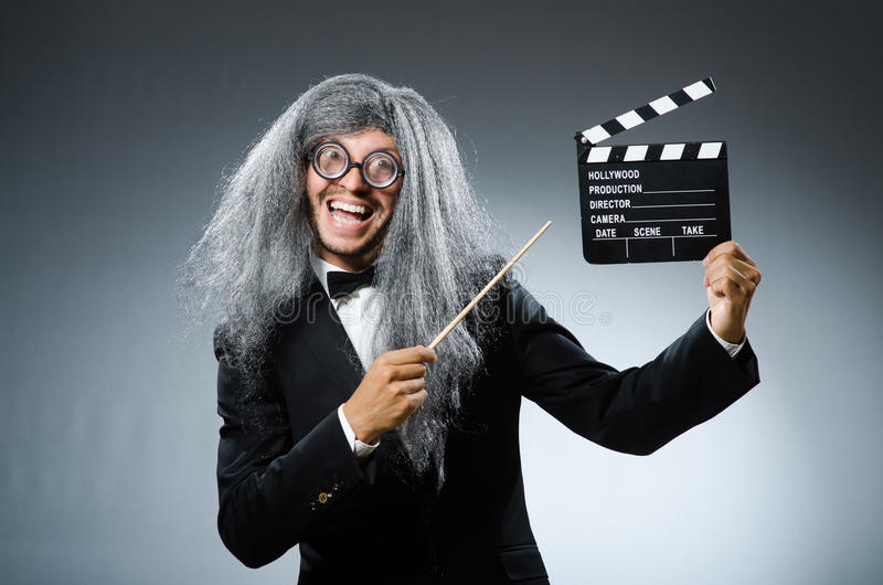 Το αστείο άτομο με clapboard κινηματογράφων στοκ φωτογραφία με δικαίωμα ελεύθερης χρήσης