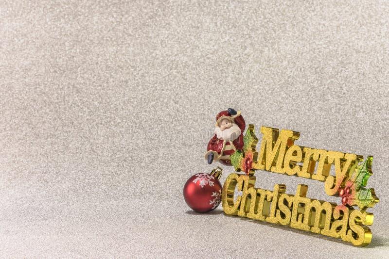 Το αστείο ειδώλιο Άγιου Βασίλη ακτινοβολεί ασημένιο χιόνι backgroun στοκ φωτογραφία