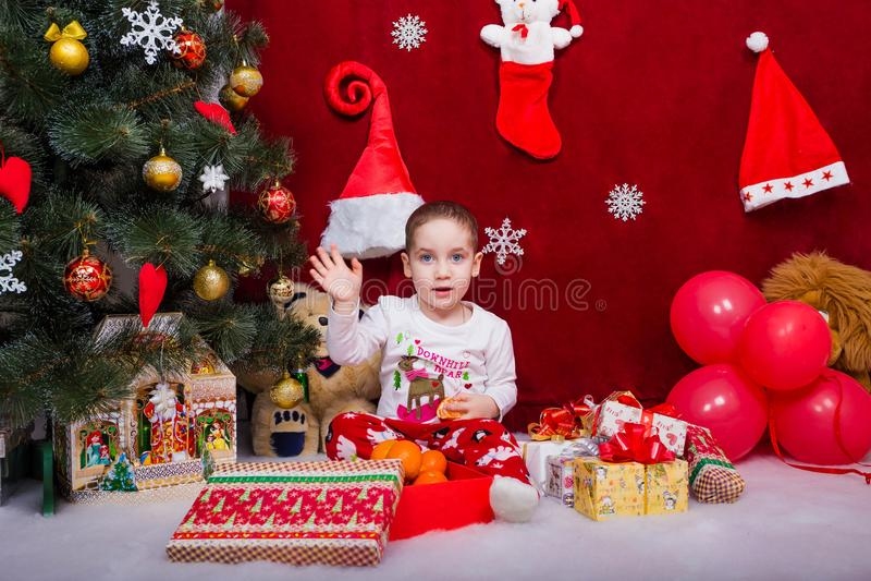 Το αστείο παιδί λέει αντίο σε Άγιο Βασίλη στοκ εικόνα