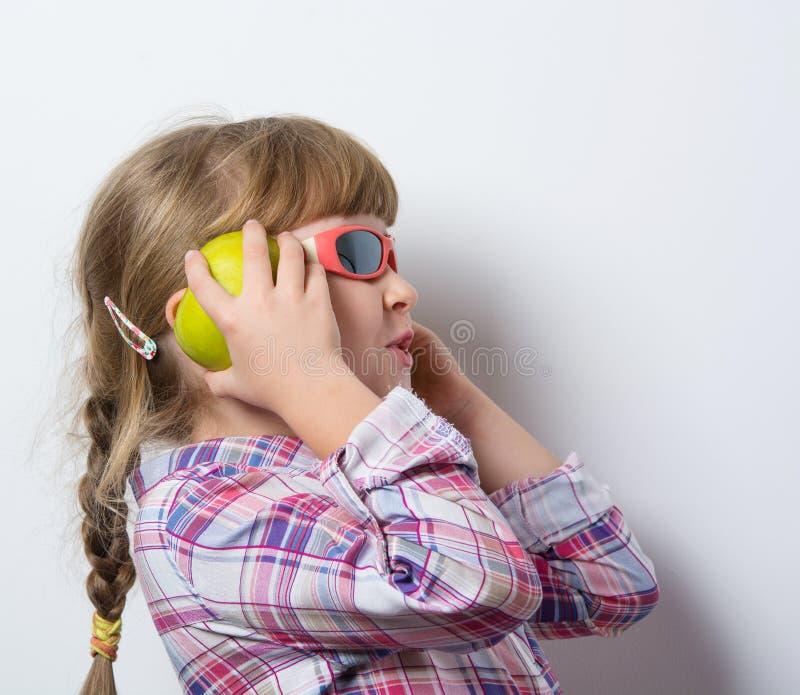 Το αστείο παιδί ακούει τη μουσική στοκ φωτογραφία με δικαίωμα ελεύθερης χρήσης
