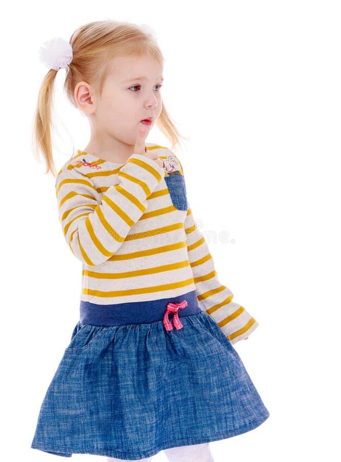 Το λατρευτό μικρό κορίτσι κοιτάζει μελαγχολικά στοκ φωτογραφία