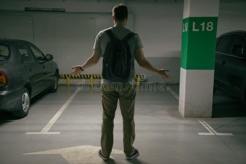 Το αυτοκίνητο ατόμων ` s κλάπηκε, μπορεί ` τ να βρεί το αυτοκίνητο στον υπόγειο χώρο στάθμευσης στοκ εικόνα με δικαίωμα ελεύθερης χρήσης