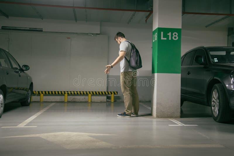 Το αυτοκίνητο ατόμων ` s κλάπηκε, μπορεί ` τ να βρεί το αυτοκίνητο στον υπόγειο χώρο στάθμευσης στοκ εικόνες