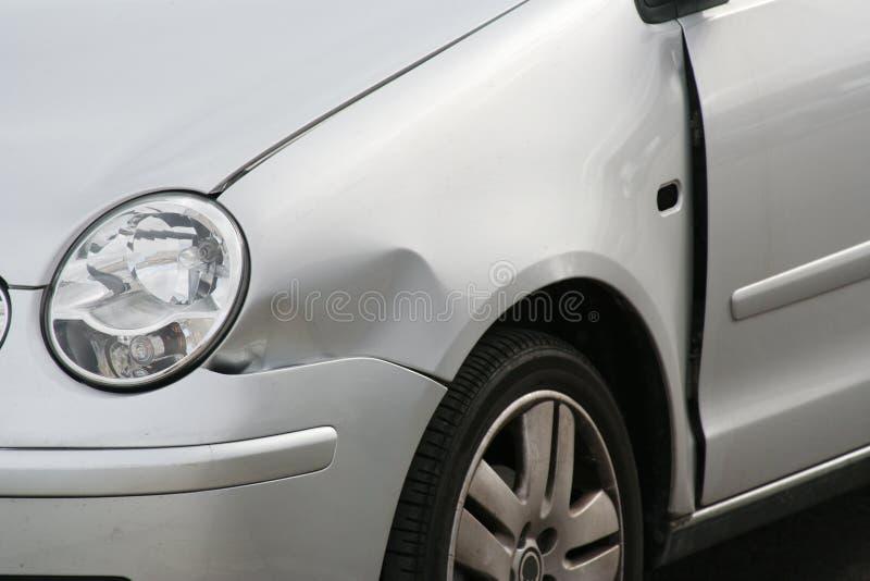 το αυτοκίνητο βαθούλωσε το μπροστινό φτερό στοκ εικόνες