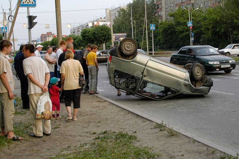 Το αυτοκίνητο γύρισε ανάποδα μετά από την οδική σύγκρουση στοκ φωτογραφία με δικαίωμα ελεύθερης χρήσης