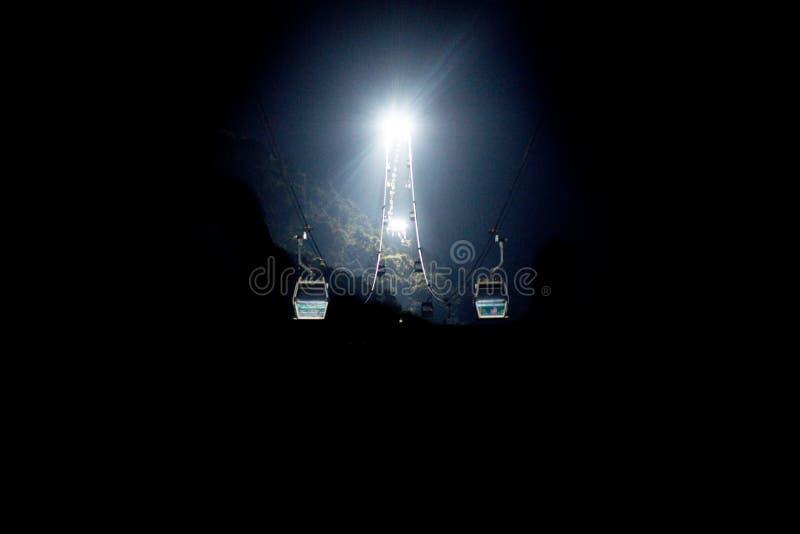 Το αυτοκίνητο καμπινών και το φεγγάρι στοκ φωτογραφία με δικαίωμα ελεύθερης χρήσης