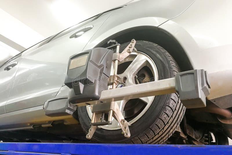 Το αυτοκίνητο υποβάλλεται στη ρόδα ευθυγραμμίζει στο γκαράζ στοκ φωτογραφίες με δικαίωμα ελεύθερης χρήσης