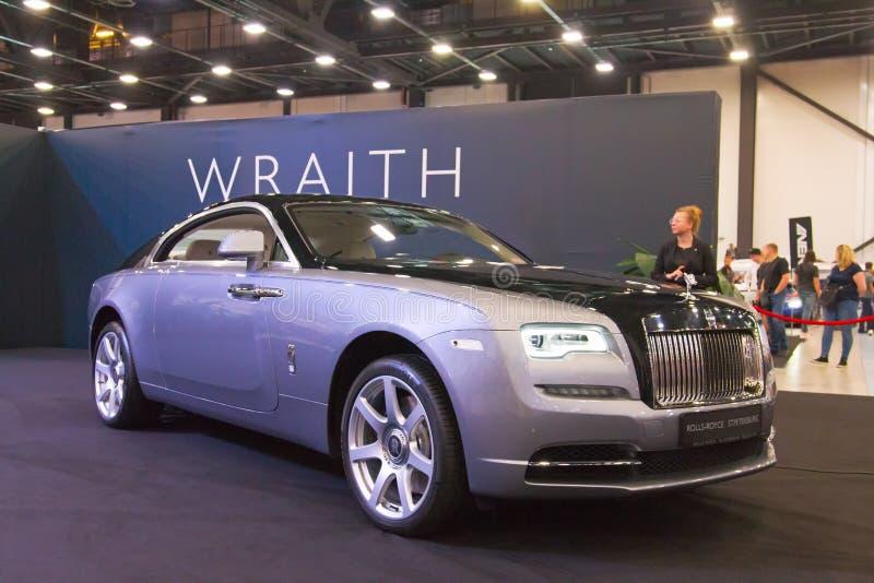 Το αυτοκίνητο Rolls-$l*royce Wraith πολυτέλειας βασιλικό στον αυτόματο παρουσιάζει στοκ εικόνα