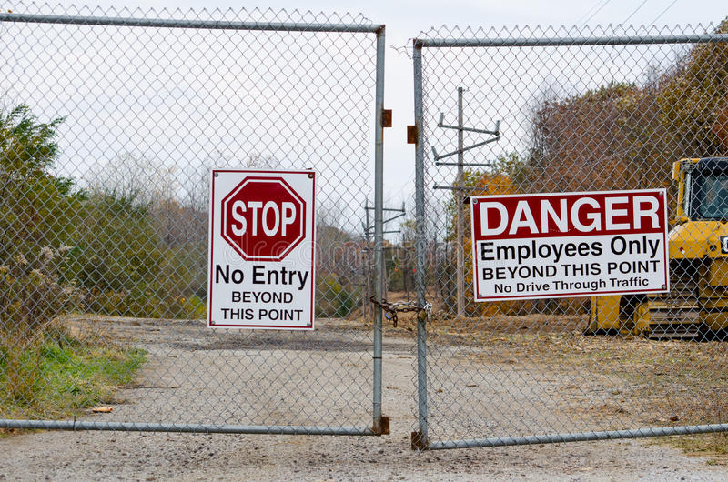 Κλειδωμένα πύλη και σημάδια στοκ φωτογραφία με δικαίωμα ελεύθερης χρήσης