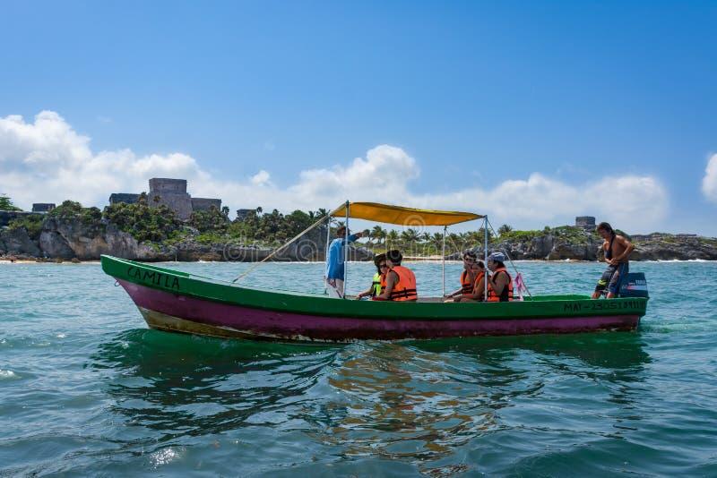 Το αλιευτικό σκάφος κολυμπά με αναπνευτήρα γύρος του παραδείσου παραλιών Tulum Μεξικό στοκ φωτογραφία με δικαίωμα ελεύθερης χρήσης