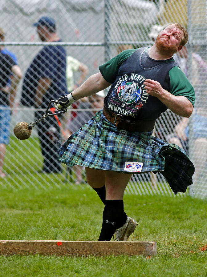 Το βάρος παιχνιδιών ορεινών περιοχών ρίχνει τη σκωτσέζικη φούστα στοκ φωτογραφία με δικαίωμα ελεύθερης χρήσης