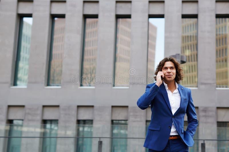 Το βέβαιο άτομο σε ένα κομψό κοστούμι έρχεται το πρωί στο ofice του στοκ εικόνες