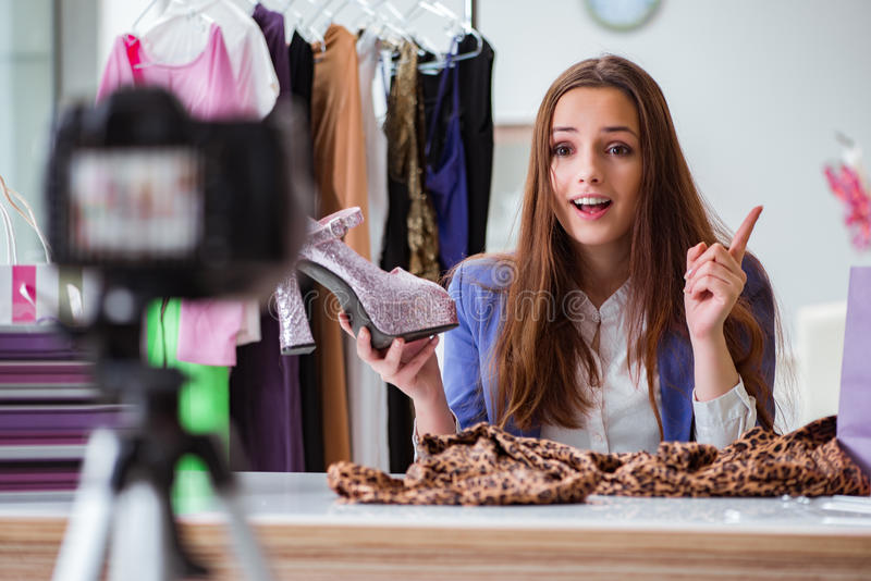 Το βίντεο καταγραφής μόδας blogger για το blog στοκ φωτογραφίες με δικαίωμα ελεύθερης χρήσης