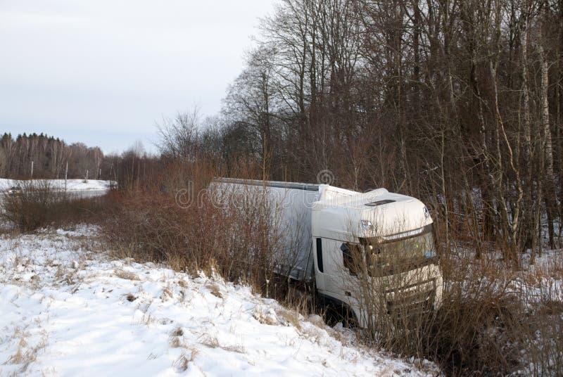 Το βαγόνι εμπορευμάτων εδίωξε το δρόμο στην τάφρο δρόμος αυτοκινητόδρομων τροχαίου ατυχήματος ατυχήματος Γύρος έκτακτης ανάγκης τ στοκ εικόνες με δικαίωμα ελεύθερης χρήσης