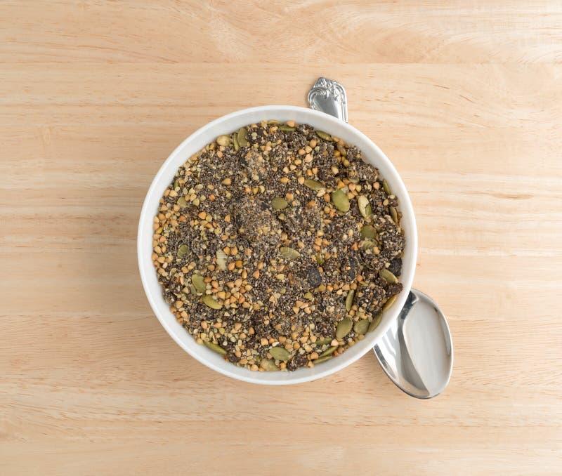 Το βακκίνιο Chia και δημητριακά προγευμάτων σπόρων κολοκύθας στο κύπελλο στοκ φωτογραφία