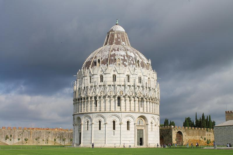Το βαπτιστήριο της Πίζας του ST John Άποψη από τη νοτιοανατολική Τοσκάνη Ιταλία στοκ εικόνες με δικαίωμα ελεύθερης χρήσης