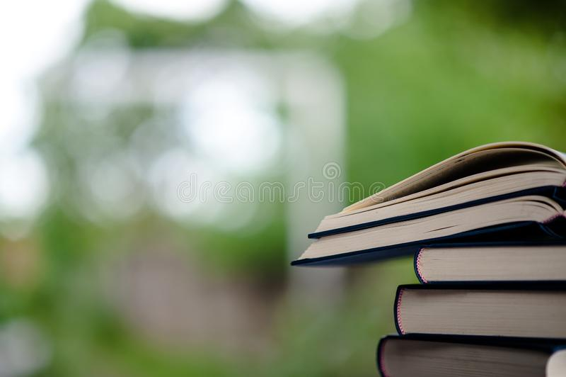 Το βιβλίο τοποθετείται στο πάτωμα Άσπρα βιβλίο δέρματος και θόριο μελέτης στοκ φωτογραφίες