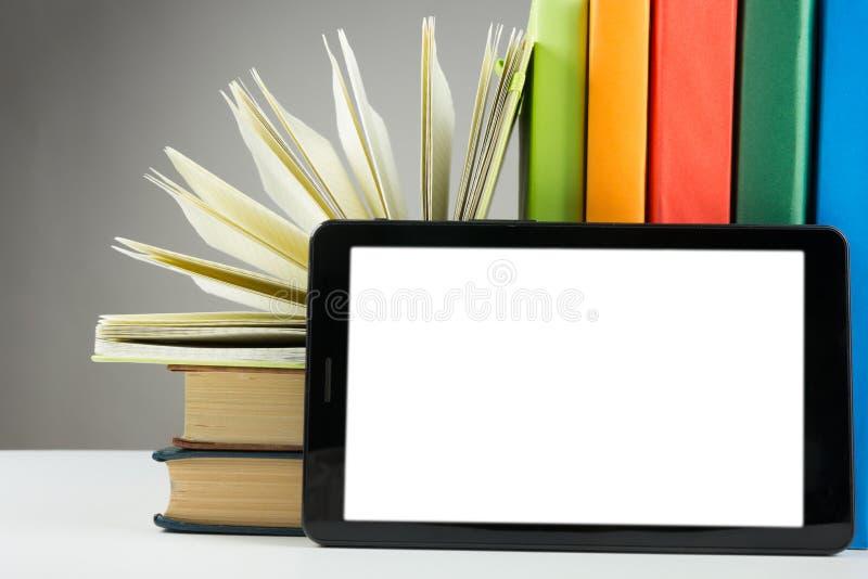 το βιβλίο κρατά τη ζωηρόχρω ηλεκτρονική βιβλιοθήκη έννοιας πίσω σχολείο διάστημα αντιγράφων στοκ φωτογραφίες