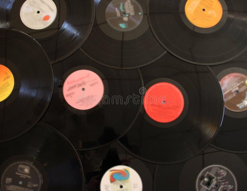 Το βινύλιο καταγράφει το υπόβαθρο για το άκουσμα στη μουσική στοκ εικόνες