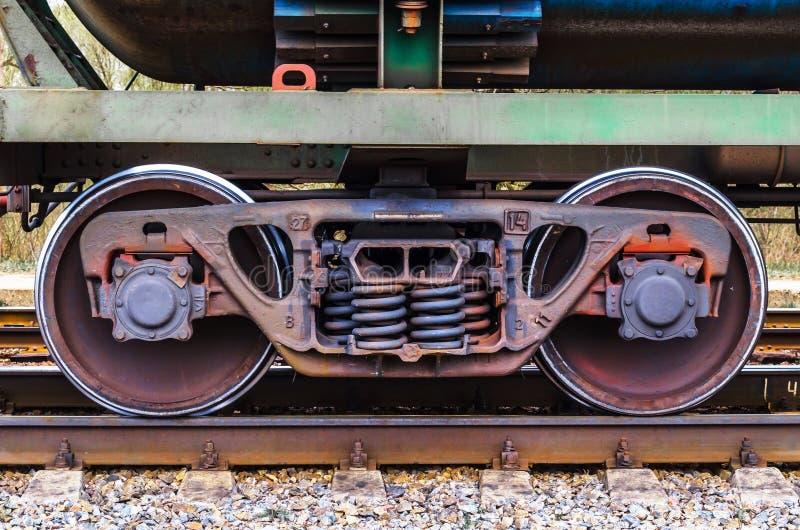 Το βιομηχανικό τραίνο ραγών κυλά το δρόμο ραγών τραίνων τεχνολογίας κινηματογραφήσεων σε πρώτο πλάνο στοκ φωτογραφία