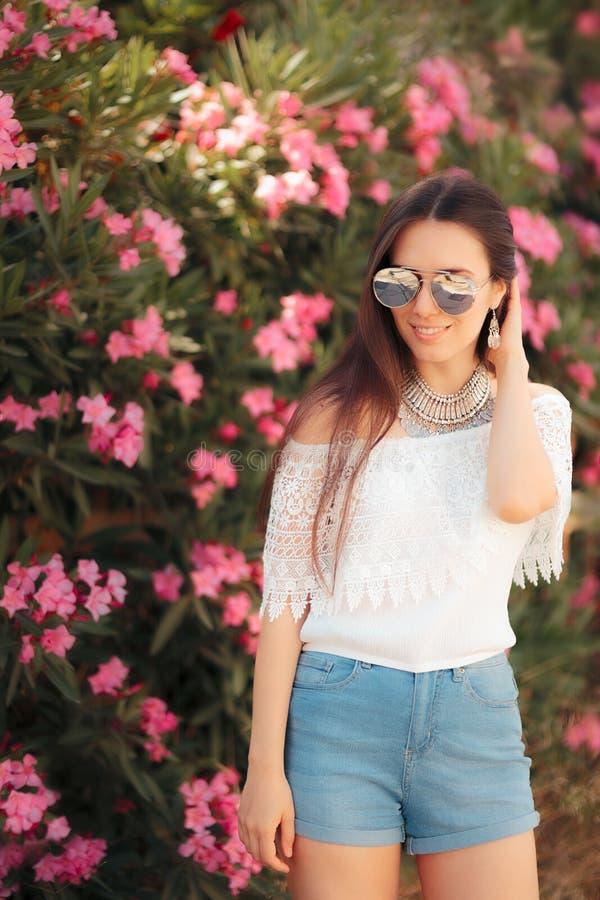 Το Βοημίας θερινό φεστιβάλ φαίνεται γυναίκα με τα γυαλιά ηλίου και το σύνολο κοσμήματος στοκ εικόνες