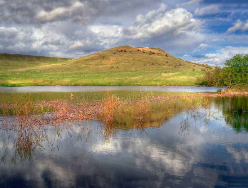 Το βουνό Αντανάκλαση στη λίμνη και τον ουρανό στοκ εικόνες